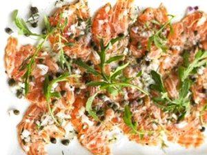 carpaccio de salmon y alcaparras